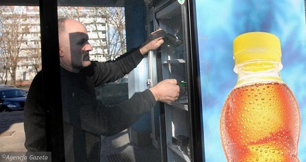 Un frigorifero in strada